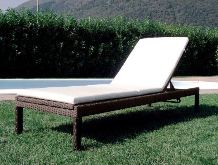 Il lettino prendisole e il momento di relax in giardino