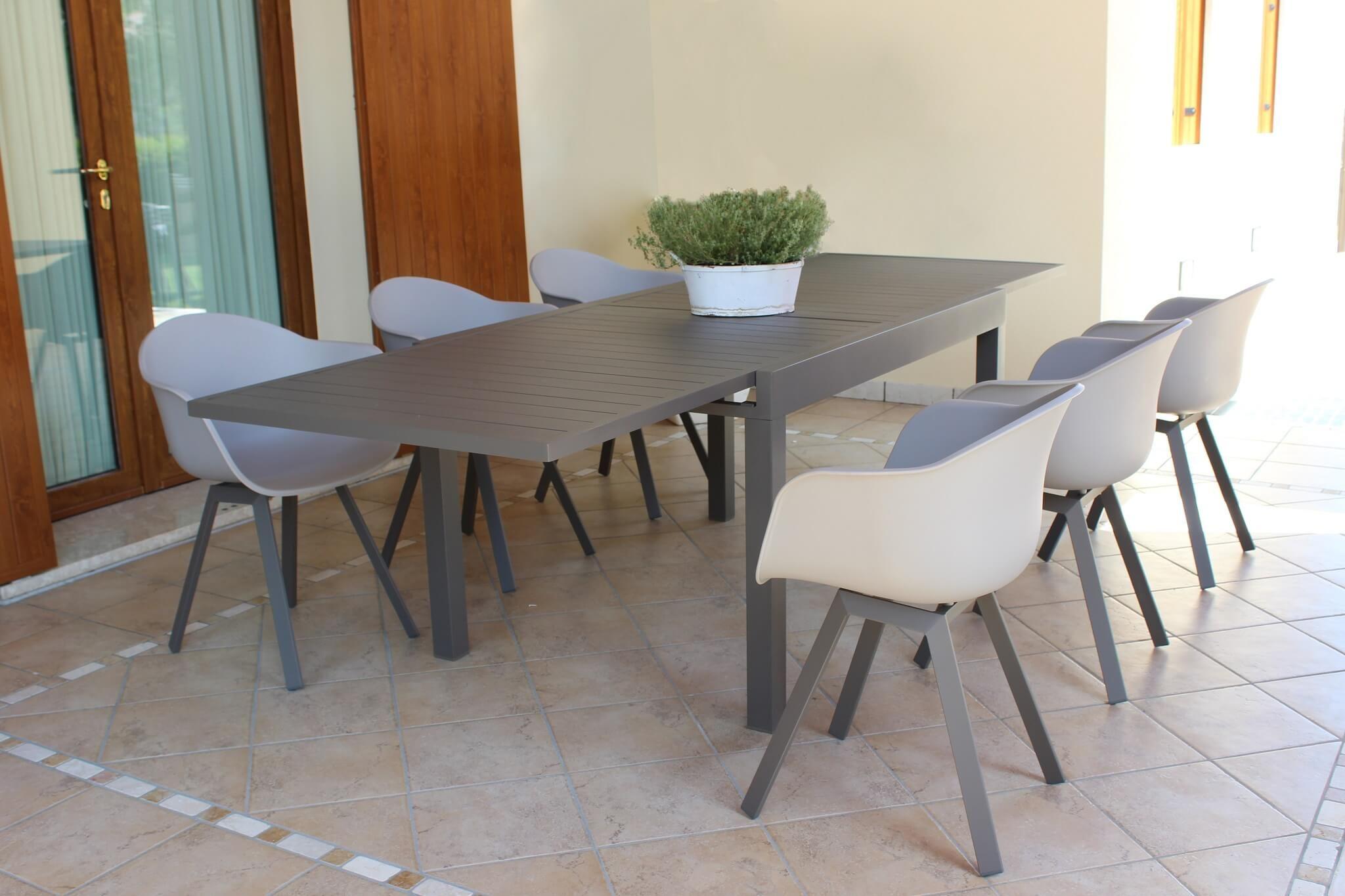 L'elemento essenziale per arredare il giardino: tavolo alluminio